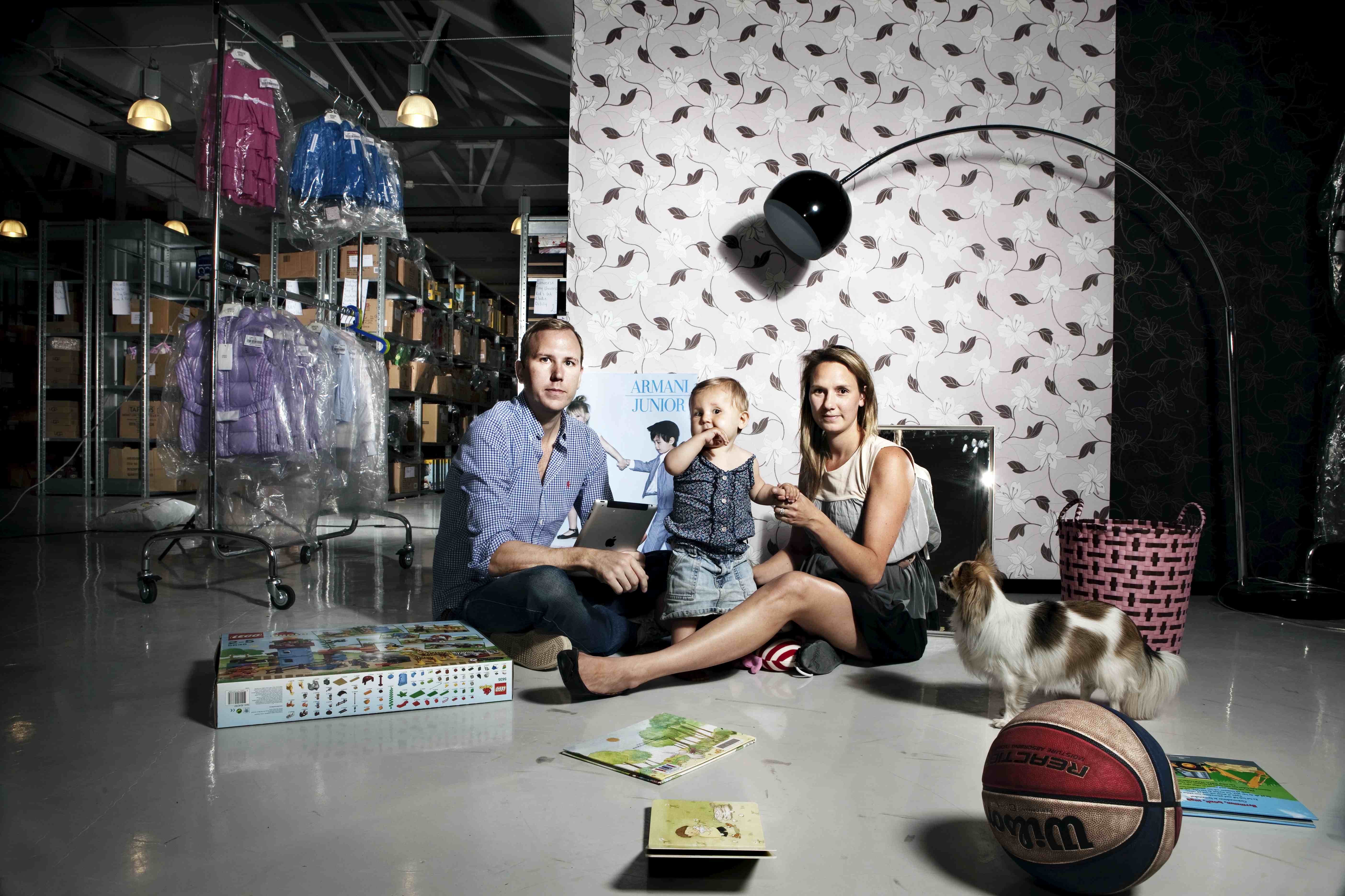Familjen Helgesson i sin lagerlokal på Lidingö. De driver Babyshop.se. Foto: Magnus Laupa