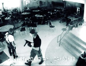 Eric Harris och Dylan Klebold i kafeterian under massakern i Columbine High School.