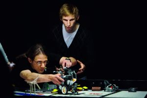 Jesper Jacobsson siktar in roboten. Simon Franson övervakar. Foto: Magnus Laupa